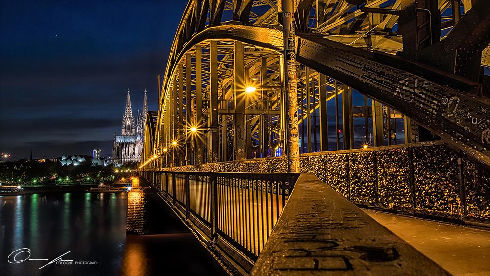 Kölner Dom und Hohenzollernbrücke in Köln bei Nacht